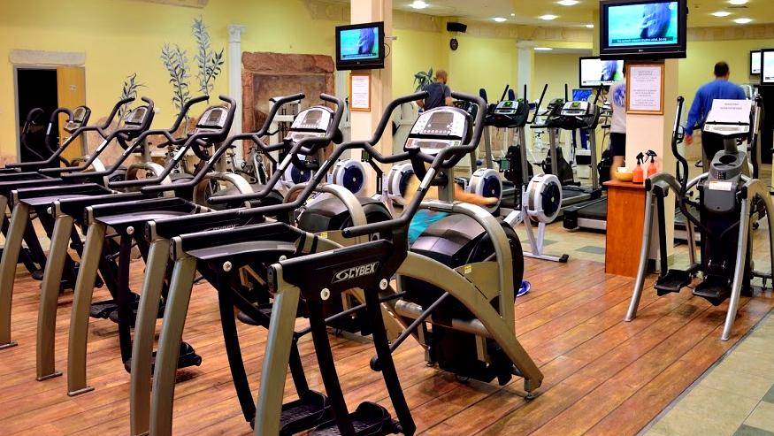 Klub fit atletika w środku przed remontem, część kardio. Orbitreki, ergometry wioślarskie, bieżnie