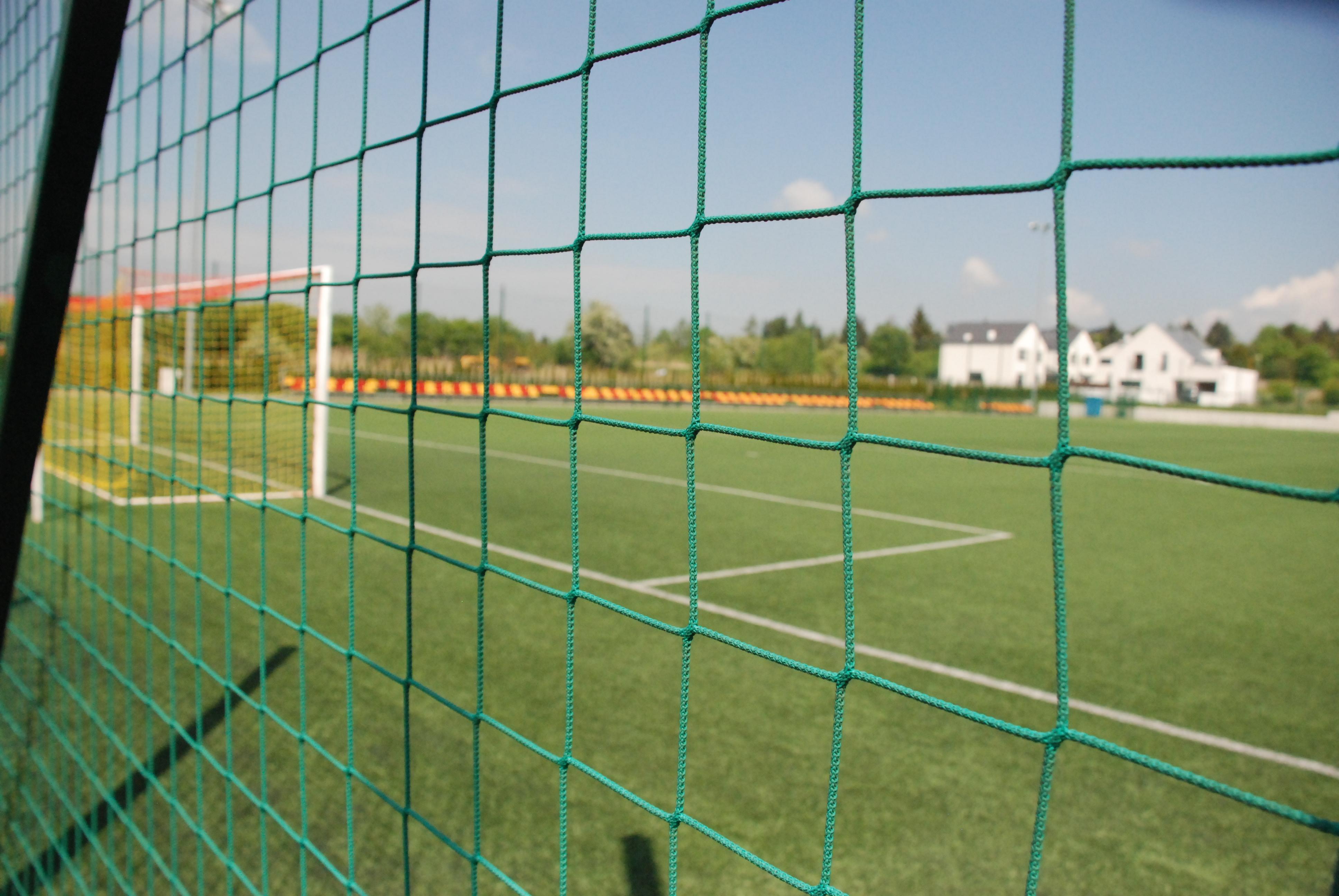 Pełnowymiarowe boisko do piłki nożnej ze sztuczną nawierzchnią przy ulicy Konwaliowej w Suchym Lesie